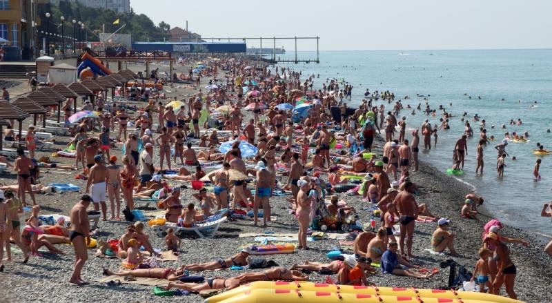 Адлер пляжа и города летом