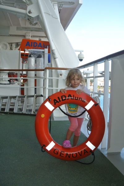 Фотографии с капитаном, в спасательных кругах и жилетах