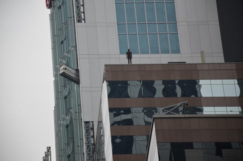 Скульптура на небоскребе в Гонконге ..... кто и зачем?