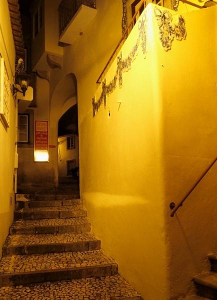 По следам жёлтого трамвайчика. Убегая от волн, попасть в лабиринты португальской весны.