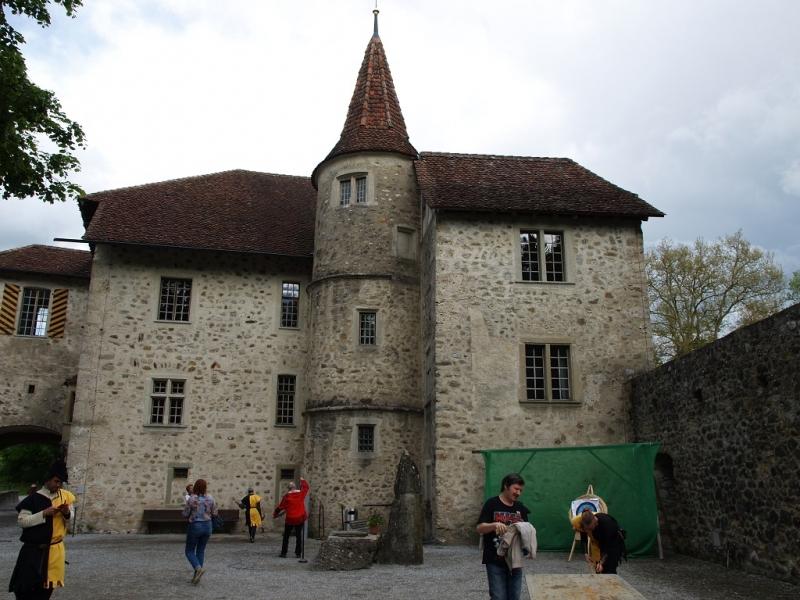 Замки Ленцбург, Халльвилль и Лауфен