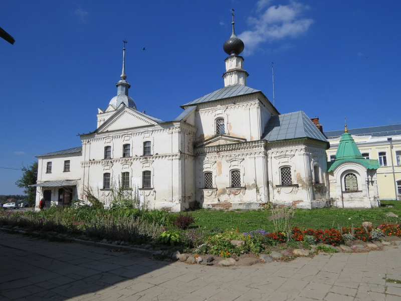 Купола…купола…купола ……….. и колокола,   а также,  белокаменные соборы Владимира и Суздаля.
