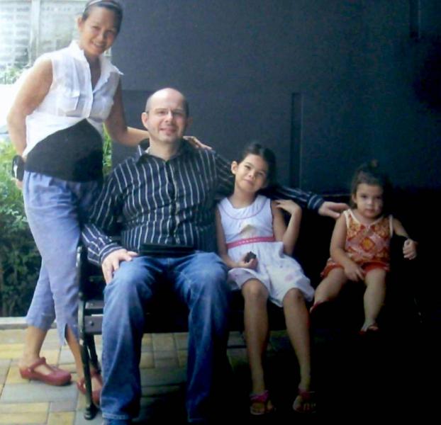 Грант. Бабиньян. Жил в Тайланде лет 20. Переехал в Сочи. Вроде спрыгнул с дома.