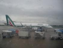 """Приземлились в аэропорту  """"Схипхолл """" а там дождь.  Зная об особенностях данного аэропорта пошел первым делом искать..."""