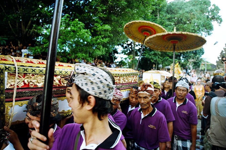Кто кусается на Бали? Кремация...и честность балийцев.