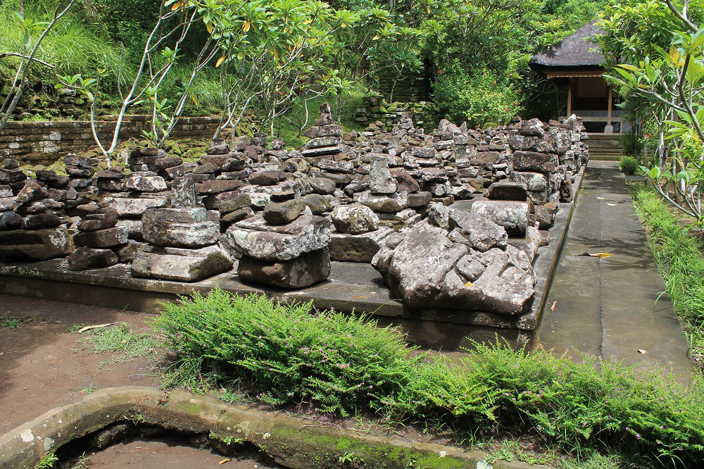 Бали  и Нуса Пенида в сезон дождей. 21 день  с зонтиками в руках.