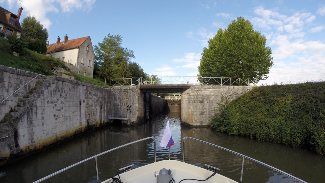 Путешествие по каналам долины Луары во Франции на арендованной яхте