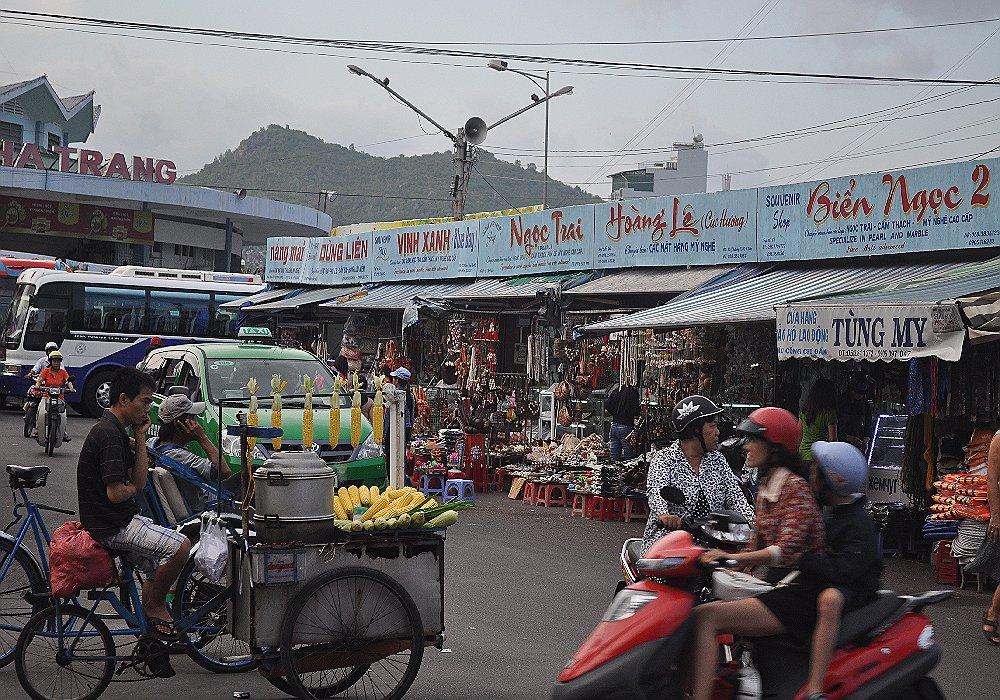 Мини рыночек на центральной улице muine у перед входом в один из отелей - самостоятельно во вьетнам - vietnam mui ne