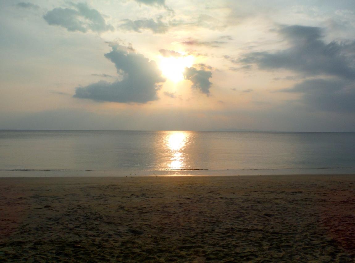 У девчонок видно грудь на пляже 10 фотография