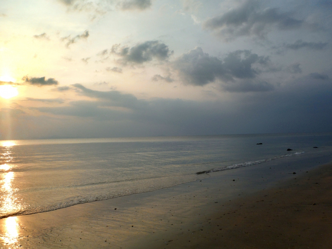 У девчонок видно грудь на пляже 9 фотография