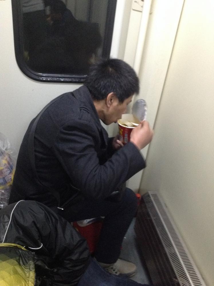 Встретил транса в туалете, кино он трахнул ее на вокзале