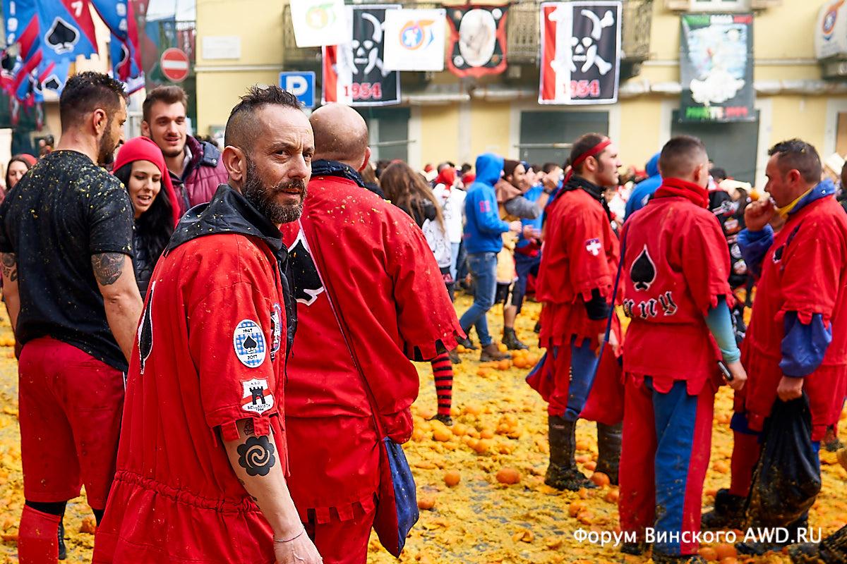 Битва апельсинами. Карнавал в Ивреа (Ivrea) Пьемонт
