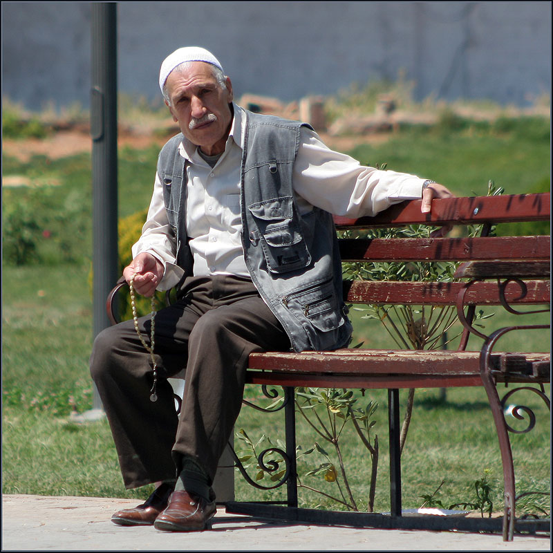 старики на стульях картинки
